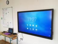 Installation d'un écran interactif dans une école